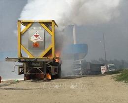 Xe chở phốt pho bốc cháy dữ dội sát cây xăng trên cao tốc Nội Bài - Lào Cai