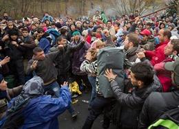 Hàng trăm người nhập cư ẩu đả trong đêm