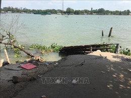 Tạm ngừng hoạt động bến đò Cần Xây do xuất hiện vết nứt ở bờ sông Hậu