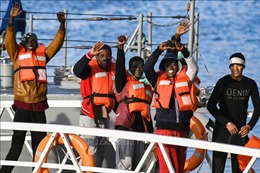 Giải cứu 87 người di cư trên thuyền gỗ vỡ ngoài khơi Italy