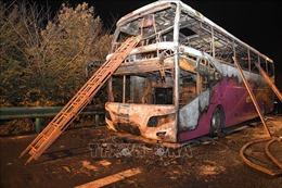 Xe du lịch bất ngờ bốc cháy trên cao tốc, 26 người thiệt mạng