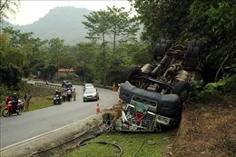 Điện Biên: Xuống dốc mất phanh, xe đầu kéo container bị lật hư hỏng nặng