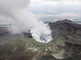 Núi lửa Aso ở Nhật Bản 'thức giấc' với cột khói bụi cao 1.600 m
