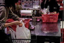 Nhật Bản có thể cấm các cửa hàng cung cấp túi ni lông miễn phí cho người mua hàng