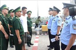 Bàn giao ngư dân Trung Quốc gặp nạn trên vùng biển Việt Nam