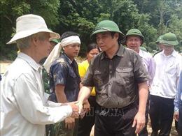 Đồng chí Phạm Minh Chính thăm hỏi, động viên người dân bản Sa Ná bị thiệt hại do lũ lụt