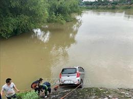Xe taxi lao xuống sông, một người tử vong, một người mất tích