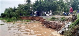 Sông Hậu sạt lở, 'ngoạm' 1/2 mặt đường với chiều dài khoảng 10m