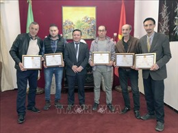 Đại sứ quán Việt Nam tại Algeria tặng giấy khen cho một số nhà làm phim, phóng viên có nhiều đóng góp cho công tác thông tin đối ngoại