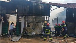 Cháy cơ sở sản xuất dầu chai cạnh chợ nổi Cái Răng