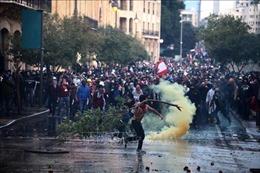 Cảnh sát dùng vòi rồng chặn người biểu tình xông vào tòa nhà Quốc hội Liban