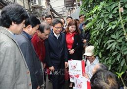 Phó Thủ tướng Vũ Đức Đam thăm, tặng quà các bệnh nhân và y bác sỹ
