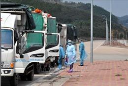 Vận hành các máy khử trùng tự động chống dịch COVID-19 ở cửa khẩu Móng Cái