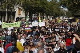 Bất chấp dịch COVID-19, người biểu tình 'Áo vàng'tại Pháp vẫn xuống đường