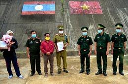 Bàn giaomột công dân Lào sau khi được điều trị qua cơn nguy kịch