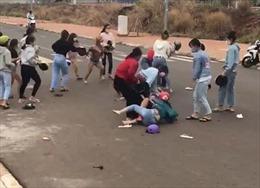 Hai nhóm thiếu nữ 'hỗn chiến' cạnh cổng trường là do mâu thuẫn tiền bạc