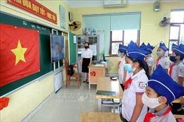 Học sinh hào hứng trở lại trường, chấp hành nghiêm quy định phòng, chống COVID-19