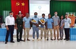 Bàn giao 5 thuyền viên Indonesia được cứu nạn trên vùng biển Sóc Trăng về nước