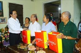 Chủ tịch Mặt trận Trần Thanh Mẫn thăm, tặng quà gia đình chính sách tại Nghệ An