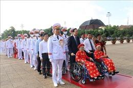 Đoàn đại biểu Bà mẹ Việt Nam anh hùng viếng Lăng Chủ tịch Hồ Chí Minh