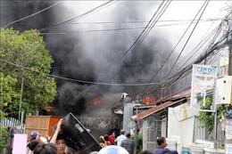 Cháy lớn trong khu dân cư, gần chục căn nhà bị thiêu rụi