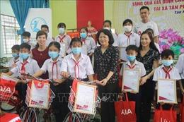 Phó Chủ tịch nước Đặng Thị Ngọc Thịnh thăm, tặng quà gia đình chính sách tỉnh Tiền Giang