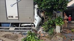 Xe tải tông nát xe máy rồi lao thẳng vào nhà dân