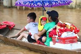 Các đại biểu Cháu ngoan Bác Hồ toàn quốc quyên góp ủng hộ trẻ em miền Trung