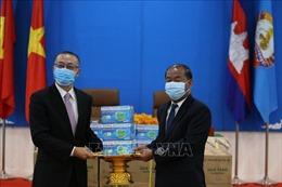 Ban Đối ngoại Trung ương Đảng tặng Đảng Nhân dân Campuchia 30.000 khẩu trang