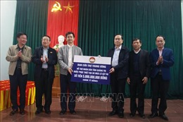 Thăm, tặng quà người dân bị ảnh hưởng do bão, lũ tại Quảng Trị
