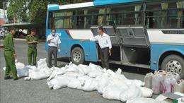Xe khách vận chuyển gần 1,7 tấn huyết lợn không rõ nguồn gốc