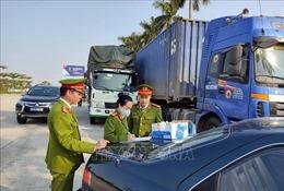 Bắt giữ đoàn xe 14 ô tô vận chuyển hơn 300 tấn hàng lậu