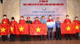 Trao 1.000 lá cờ Tổ quốc cho ngư dân và học bổng cho học sinh khó khăn