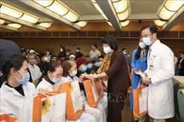 Thăm, tặng quà bệnh nhân ung thư tại Bệnh viện Bạch Mai