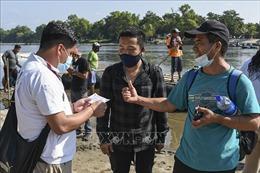 Mexico phát hiện 128 người di cư trong thùng xe tải