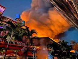 Giải cứu 4 người trong vụ cháy lúc nửa đêm