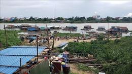 Người gốc Việt tại Campuchia chấp hành thông báo di dời nhà bè nổi trên sông ở Phnom Penh