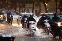 Áp thấp nhiệt đới liên tục đổi hướng gây mưa dông diện rộng ở Bắc Bộ