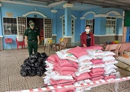 Bộ đội Biên phòng Sóc Trăng tặng quà cho người dân biên giới bị ảnh hưởng dịch COVID-19