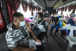 Malaysia: Tiêm mũi vaccine tăng cường cho nhân viên tuyến đầu, người cao tuổi