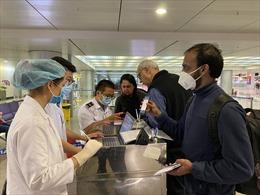 Hai hành khách đi cùng chuyến bay với bệnh nhân mắc COVID-19 thứ 34 đã được xét nghiệm