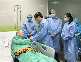 Chủ tịch UBND TP Hồ Chí Minh thăm các y bác sĩ và bệnh nhân phi công người Anh