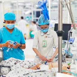 Cứu sống bé gái bị sốc sốt xuất huyết dẫn đến tràn dịch màng phổi, suy gan
