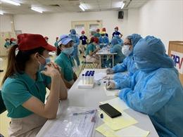 TP Hồ Chí Minh lấy mẫu xét nghiệm COVID-19 cho công nhân khu chế xuất, khu công nghiệp