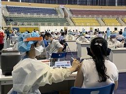 TP Hồ Chí Minh: Người dân 'rồng rắn' đi tiêm vaccine COVID-19 tại nhà thi đấu Phú Thọ