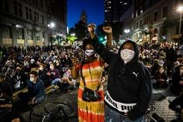 Người biểu tình ở California đốt tòa án, đập phá trụ sở cảnh sát
