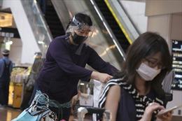 Nhật Bản yêu cầu người dân đeo khẩu trang tại nhà để ngăn COVID-19 bùng phát