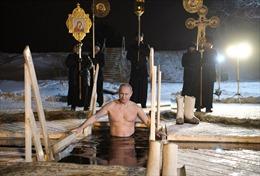 Tổng thống Putin ngâm mình dưới làn nước băng giá -13 độ C trong Lễ Hiển linh