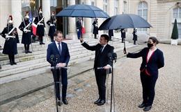 Tổng thống Pháp tự mình cầm ô che mưa cho Thủ tướng Slovakia