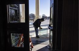 Nghị sĩ Dân chủ muốn giữ kính tòa nhà Quốc hội Mỹ bị đập phá làm di sản
